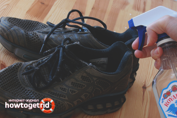 Как спасти обувь, пропитанную запахами пота