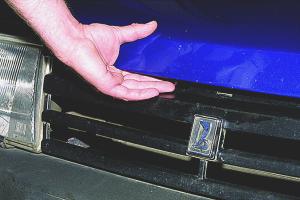 Как открыть капот, если порвался тросик