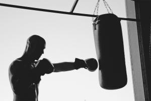 Как повесить боксерскую грушу в квартире