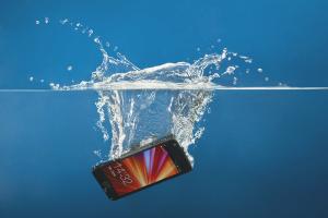 Как высушить телефон, который упал в воду