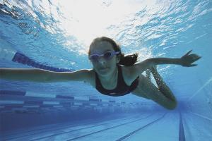Как научиться плавать под водой