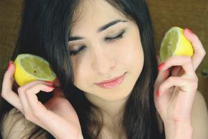 Как осветлить волосы лимоном дома