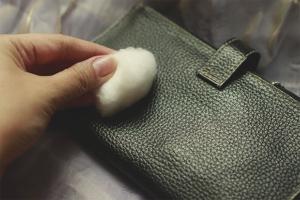 Как почистить кожаный кошелек