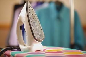 Как очистить утюг от пригоревшей ткани