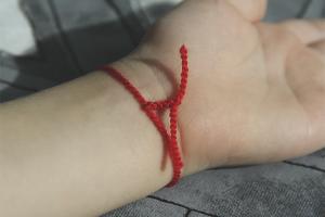 Как носить красную нить на запястье