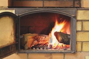 Как топить печь дровами