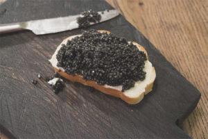 Как правильно есть черную икру
