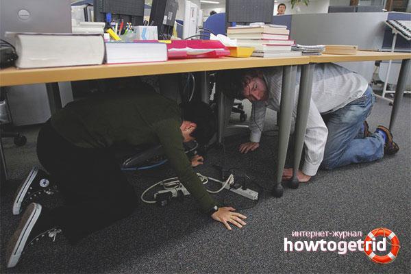 Прятаться от землетрясения под столом