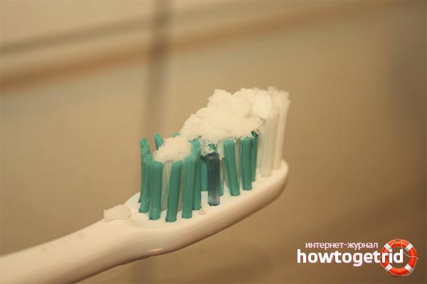Зубная паста и сода для отбеливания кроссовок