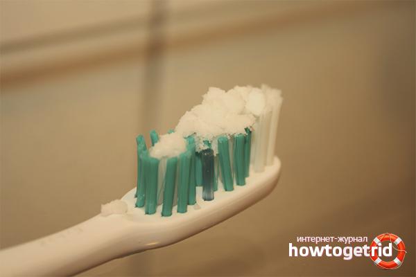 Сода и зубной порошок для отбеливания подошвы кроссовок