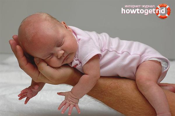 Как правильно держать новорожденного ребенка