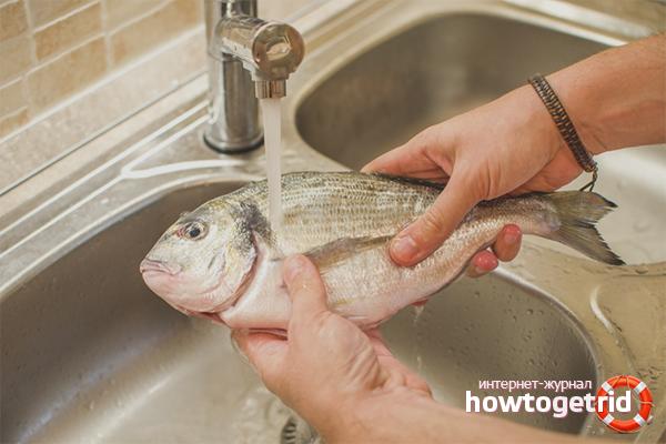 Размораживание рыбы под проточной водой