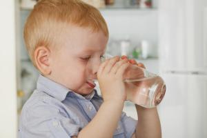 Как приучить ребенка пить воду