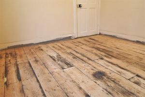 Как снять старую краску с деревянного пола