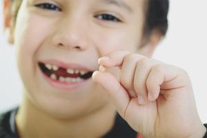 Как вырвать зуб ребенку