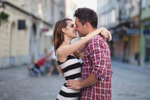 Как понять, что парень хочет тебя поцеловать