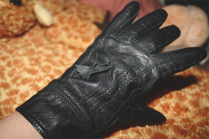 Как растянуть кожаные перчатки