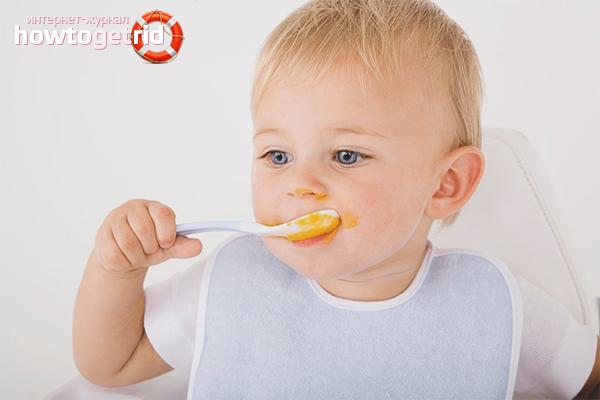 Как научить ребенка кушать ложкой