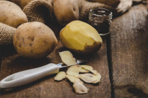 Полезные свойства и применение картофельной кожуры